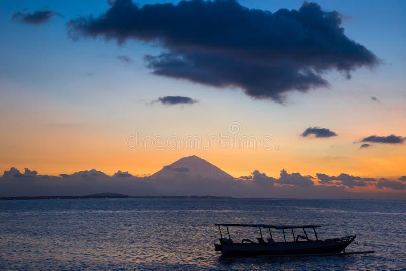De zonsondergangmening met boot zet Rinjani Indonesië Lombok op stock fotografie