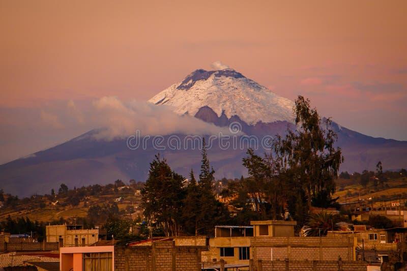 De zonsondergangmening van Cotopaxi-vulkaan van Latacunga-stad, Ecuador royalty-vrije stock foto