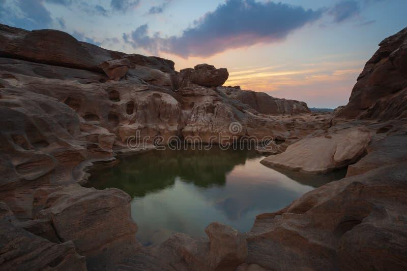 De zonsondergangmening van de steenberg in Sam Phan Bok, Ubon Ratchathani, Thailand stock afbeelding