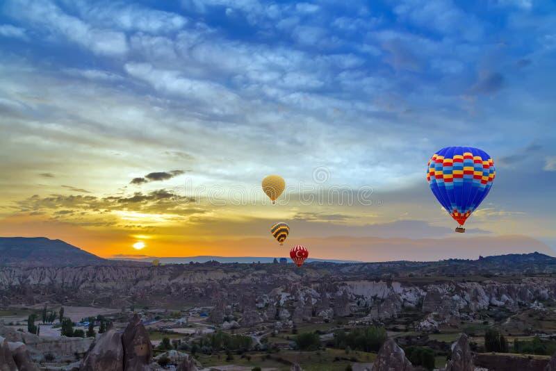 De zonsondergangontdekking van hete luchtballons stock afbeeldingen