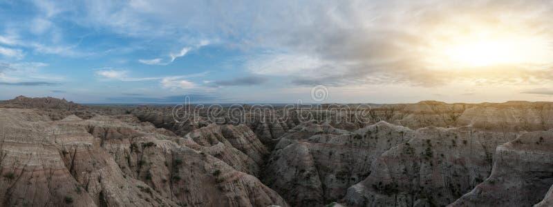 De zonsondergangpanorama van het Badlands Nationaal Park stock afbeeldingen