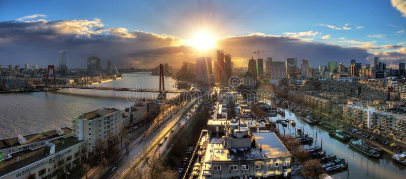 De zonsondergangpanorama van Rotterdam stock foto's
