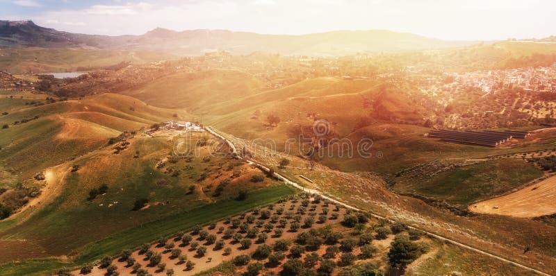 De zonsondergangpanorama van Toscanië Italië, boerderijtribunes bovenop heuvel Lucht hoogste mening stock afbeelding