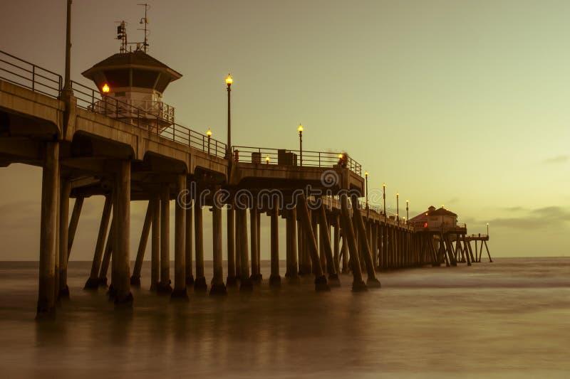 Download De Zonsondergangpijler Van Het Strand Van Huntington Stock Afbeelding - Afbeelding bestaande uit huntington, kust: 29507225