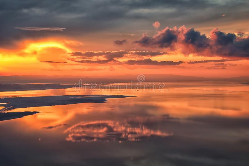 De Zonsondergangsatellietbeeld van Great Salt Lake van vliegtuig dat in Wasatch Rocky Mountain Range, cloudscape en landschap Uta stock afbeelding