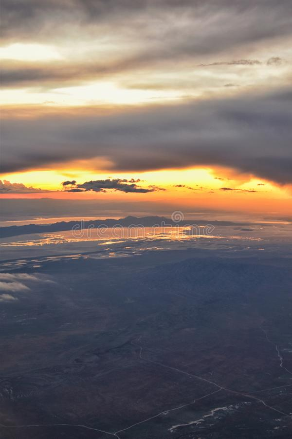 De Zonsondergangsatellietbeeld van Great Salt Lake van vliegtuig die in Wasatch Rocky Mountain Range, cloudscape en landschap Uta stock foto