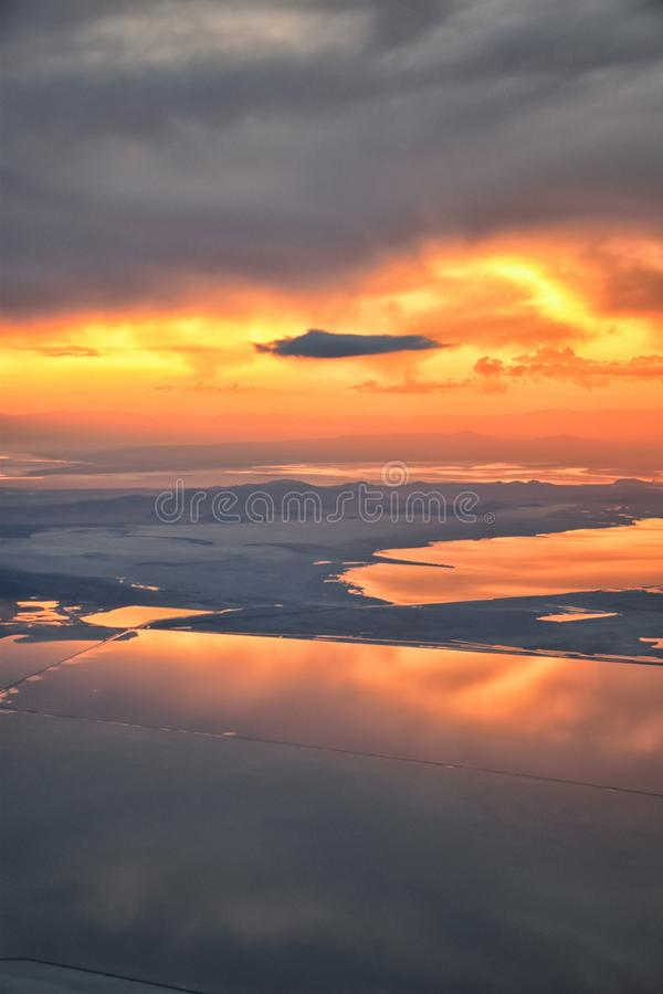 De Zonsondergangsatellietbeeld van Great Salt Lake van vliegtuig die in Wasatch Rocky Mountain Range, cloudscape en landschap Uta stock afbeelding