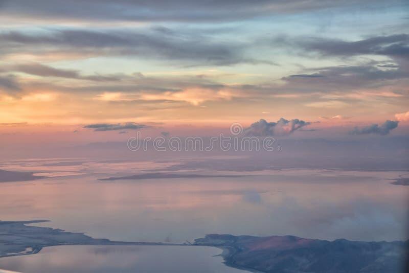 De Zonsondergangsatellietbeeld van Great Salt Lake van vliegtuig die in Wasatch Rocky Mountain Range, cloudscape en landschap Uta stock foto