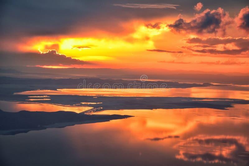 De Zonsondergangsatellietbeeld van Great Salt Lake van vliegtuig die in Wasatch Rocky Mountain Range, cloudscape en landschap Uta stock afbeeldingen