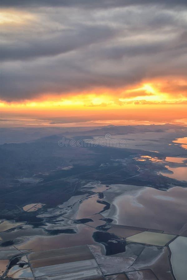 De Zonsondergangsatellietbeeld van Great Salt Lake van vliegtuig die in Wasatch Rocky Mountain Range, cloudscape en landschap Uta royalty-vrije stock afbeelding