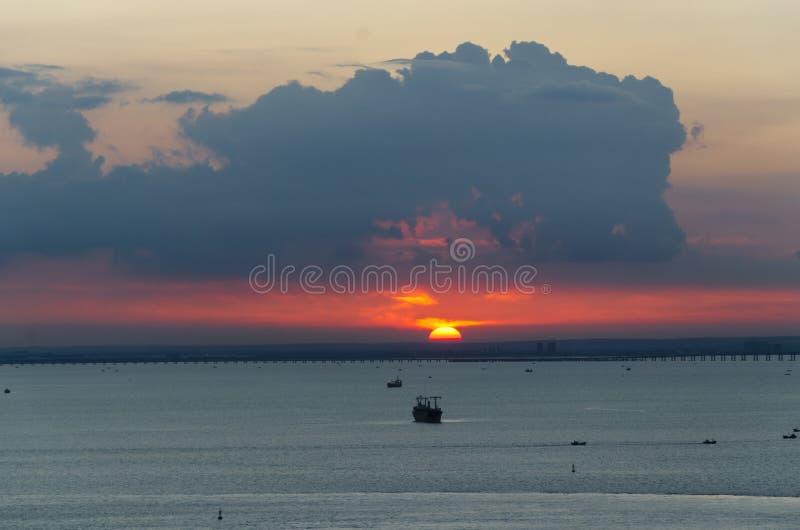 De zonsondergangscène op het overzees royalty-vrije stock fotografie