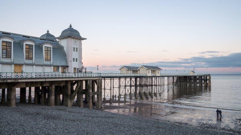 De zonsondergangschemer van de Penarthpijler door de kusten van Wales royalty-vrije stock foto