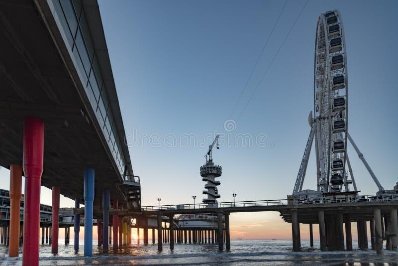 De zonsondergangsilhouet van Scheveningen stock fotografie