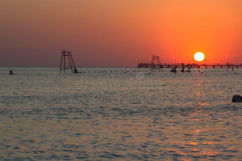 In de zonsondergangstralen stock fotografie