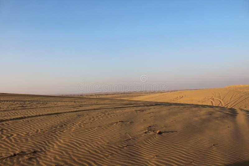 De zonsondergangzon van het woestijnzand stock afbeelding