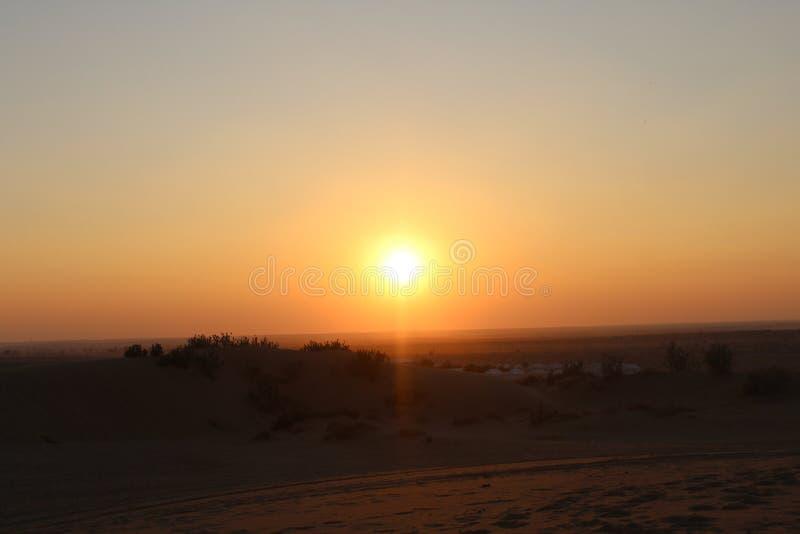 De zonsondergangzon van het woestijnzand royalty-vrije stock afbeeldingen