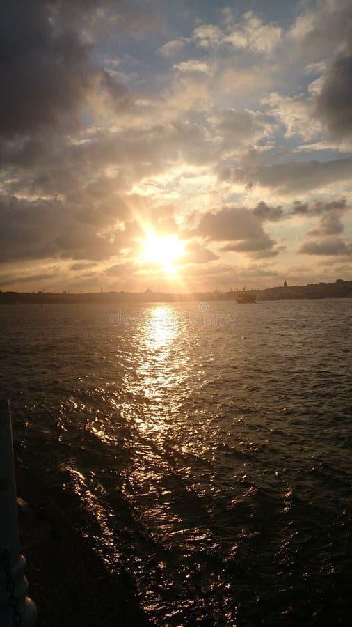 De zonsondergangzon van Istanboel Bosphorus stock afbeeldingen