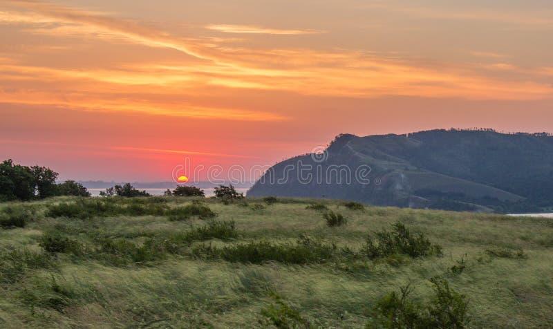 De zonsopgang boven Molodetskiy Kurgan zoals die van Lepyoshka wordt gezien zet op royalty-vrije stock foto
