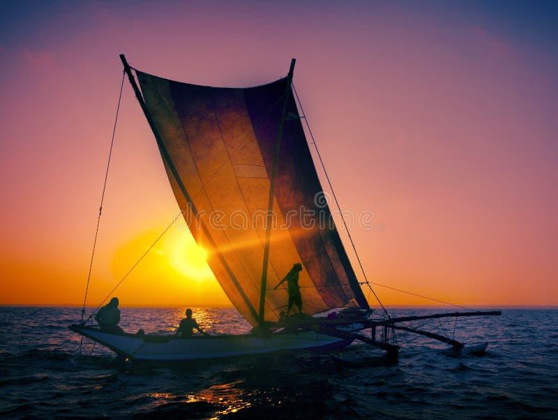 De Zonsopgang die van het visserszeegezicht Zeevaartconcept vissen royalty-vrije stock fotografie