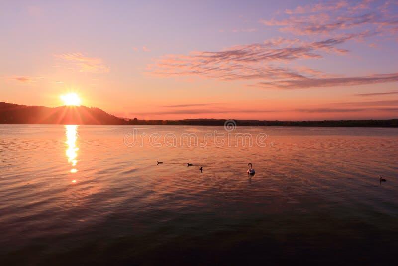 De zonsopgang door meer te inspireren ontspant en rust royalty-vrije stock afbeelding