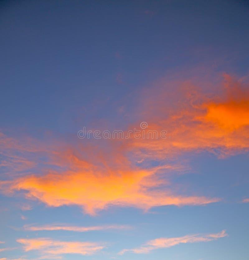 de zonsopgang in gekleurde hemel witte zachte wolken en samenvatting backg royalty-vrije stock foto's