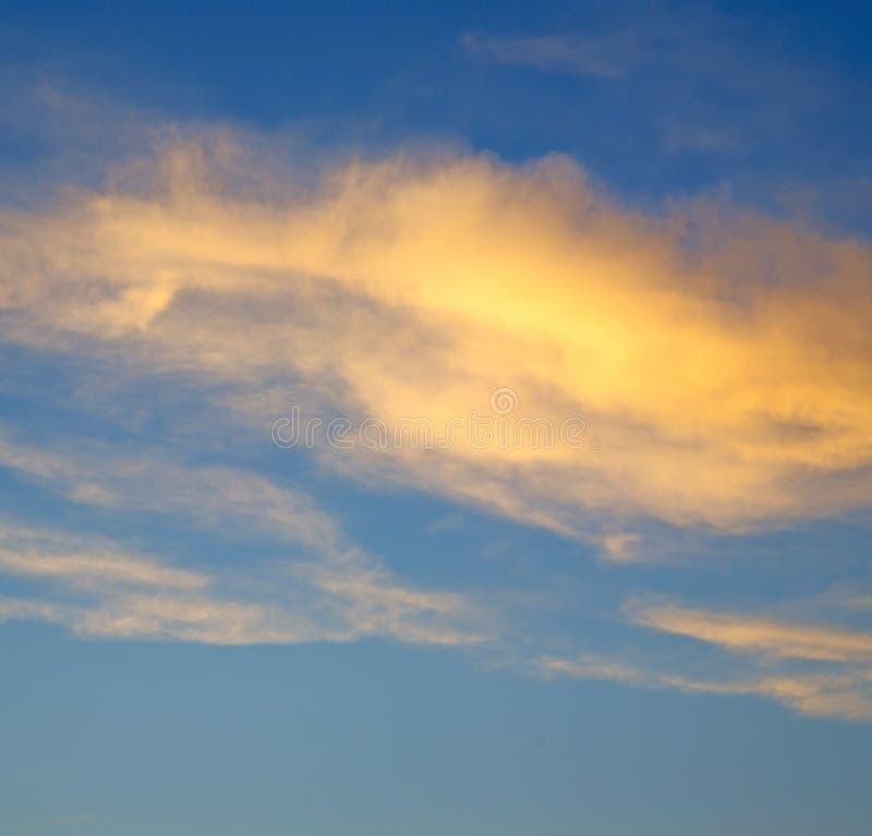 de zonsopgang in gekleurde hemel witte zachte wolken en samenvatting backg royalty-vrije stock foto