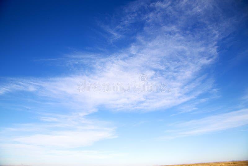 de zonsopgang in gekleurde hemel witte zachte wolken en samenvatting backg royalty-vrije stock afbeelding