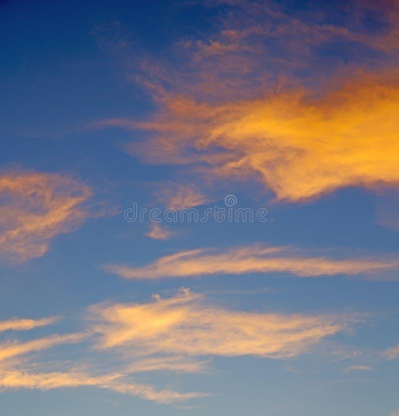 de zonsopgang in gekleurde hemel witte zachte wolken en samenvatting backg stock afbeeldingen