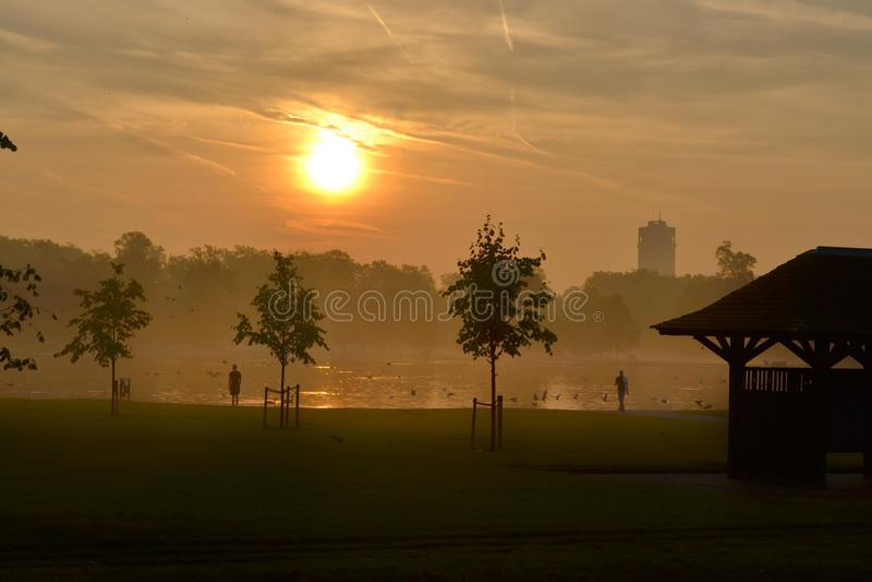 De zonsopgang in Kensington tuiniert Park Londen royalty-vrije stock fotografie