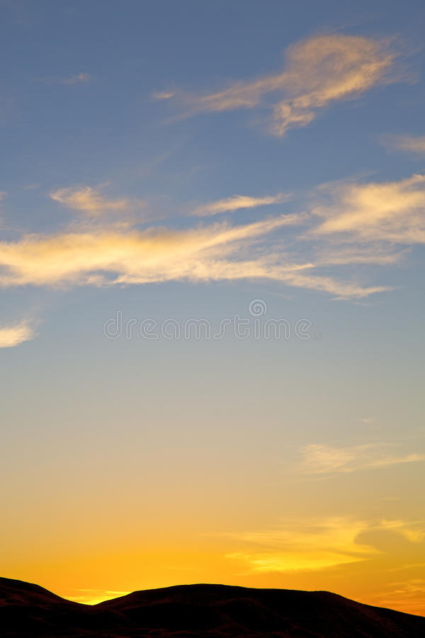 de zonsopgang op gekleurde berg abstracte achtergrond stock fotografie