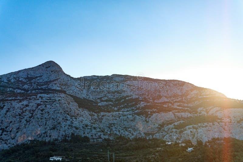 De zonsopgang over de bergen van Dalmatië, Makarska, Kroatië stock foto