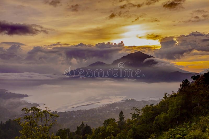 De zonsopgang van de Baturvulkaan, Bali, Indonesië Mountai van de zonsopgangsereniteit stock fotografie