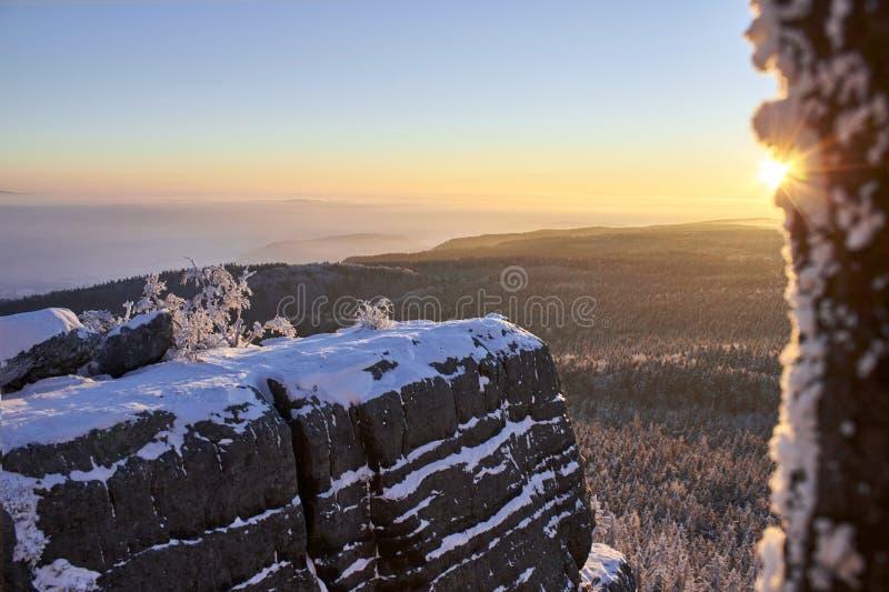De zonsopgang van de de winterberg stock afbeeldingen