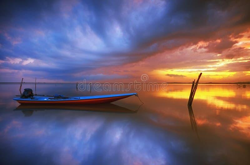 De zonsopgang van de vissersboot stock afbeeldingen