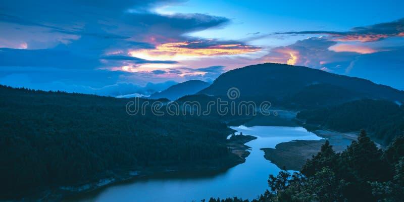 De zonsopgang van het Cueifongmeer van Taipingshan Nationaal Forest Recreation Area in Yilan, Taiwan stock foto's