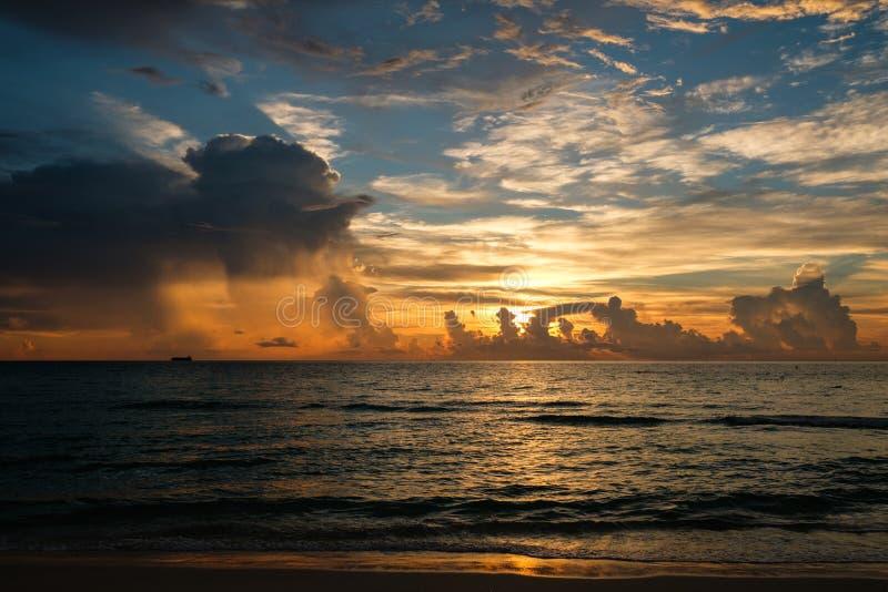 De zonsopgang van het het Zuidenstrand van Miami met kustlijn en met kleurrijke wolken stock foto
