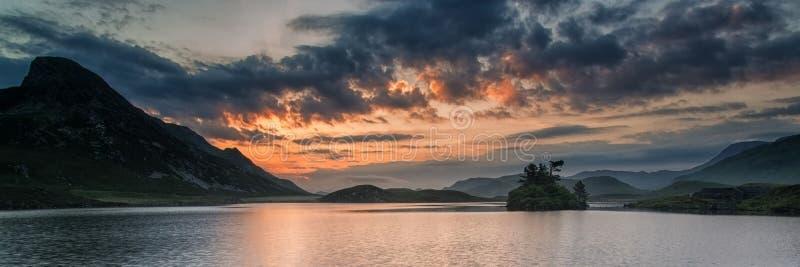 De zonsopgang van het panoramalandschap over bergmeer stock foto's