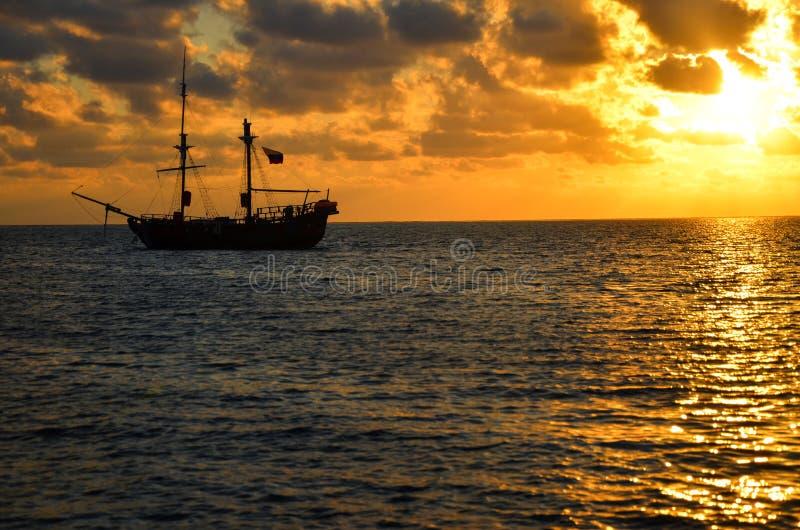 De Zonsopgang van het Schip van de piraat royalty-vrije stock foto's