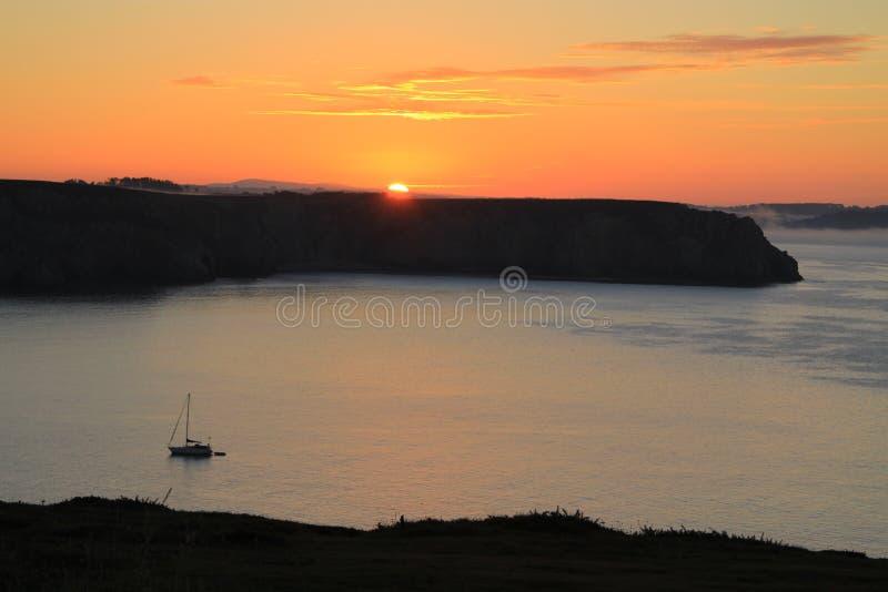 De zonsopgang van Nice over het overzees op de kust stock afbeeldingen