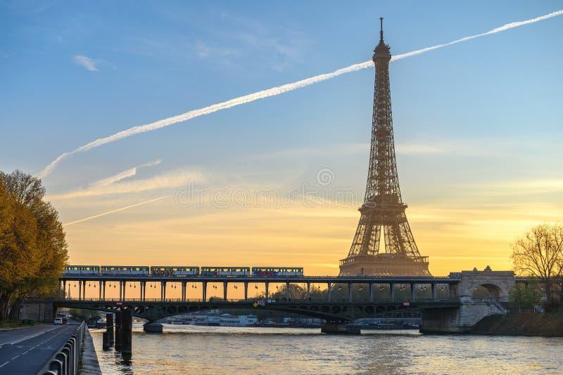 De zonsopgang van de de stadshorizon van Parijs Frankrijk bij de Toren van Eiffel stock afbeeldingen
