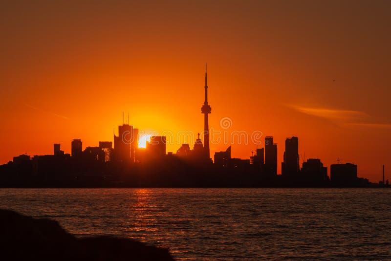 De zonsopganghorizon van Toronto met rood en oranje dageraadlicht stock afbeelding