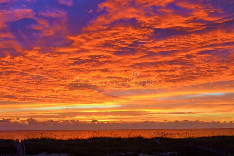 De zonsopgangkleuren zijn ongelooflijk levendig en mengen zich die met diepe blauw en sinaasappel royalty-vrije stock afbeeldingen