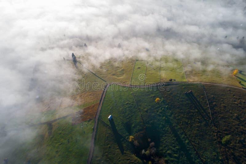 De zonsopganglandschap van de Bucovinaherfst in Roemenië met mist en bergen stock fotografie