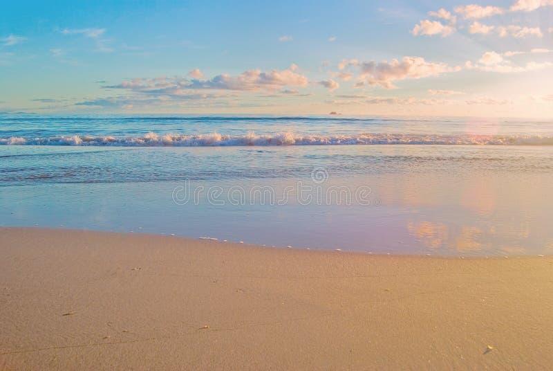 De zonsopgangscène van het strand, oceaan stock foto's