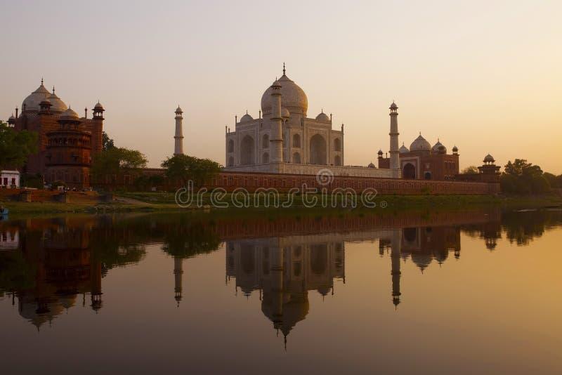 De zonsopgangsilhouet van Mahal van Taj. stock foto's