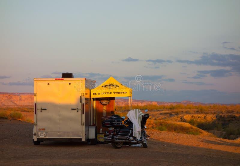 De zonsopgangverlichting omhoog een kampeerterrein in de woestijn royalty-vrije stock fotografie