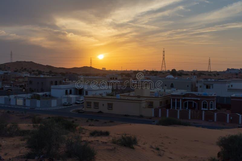 De zonstralen doordringen de stormachtige wolken boven de zandduinen in de woestijn van Ras al Khaimah, Verenigde Arabische Emira stock fotografie