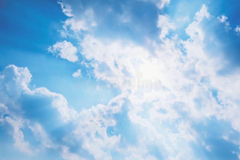 De zonstralen glanzen door de wolk stock afbeelding
