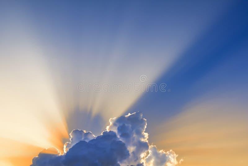 De zonstralen komen door wolken stock fotografie