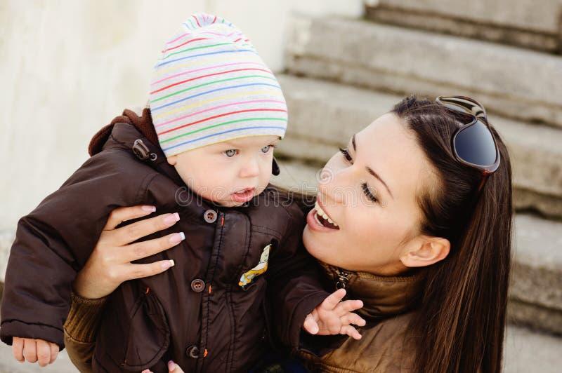 De zoon van de moeder en van de baby royalty-vrije stock fotografie